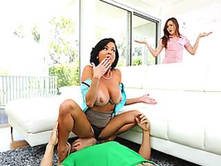 Stepmom Veronica Avluv gets her pussy eaten wide of Emmas make obsolete