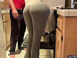 Silly stepmom pretends approximately get stuck in the oven approximately get sex